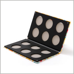 12-color eyeshadow packaging with double-sided distribution. Six different colors of eye shadow are distributed on each side of the palette, which can reduce the area of the eye shadow palette packaging by half.