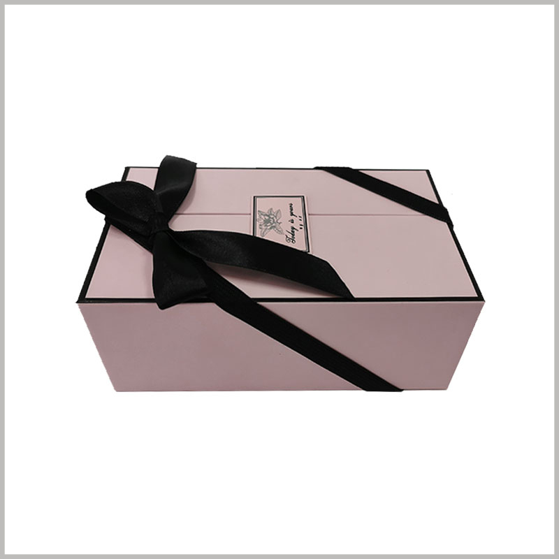 Double open gift boxes for perfume.The surface of the perfume gift box has a gift knot formed by a black ribbon, which is more conducive to reflecting the value of the gift.