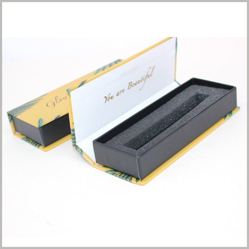 custom lip gloss packaging boxes with insert. The inside of the packaging cover has the brand name formed by bronzing printing, which will deepen the customer's impression of the brand.