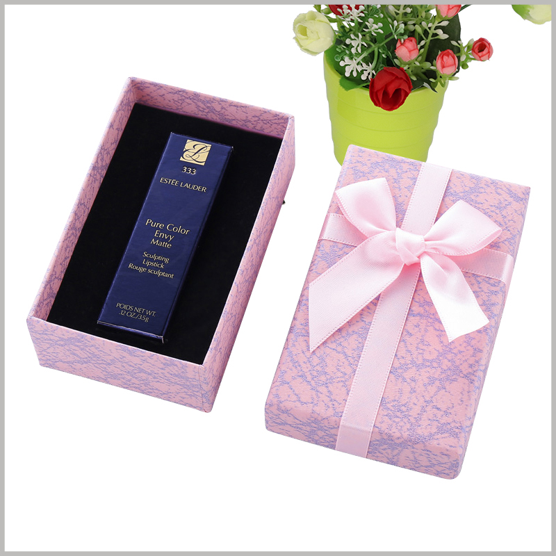 custom lipstick gift boxes wholesale. The top cover of the customized cardboard gift package is decorated with pink silk gift bows, and the whole package is more valuable as a gift.