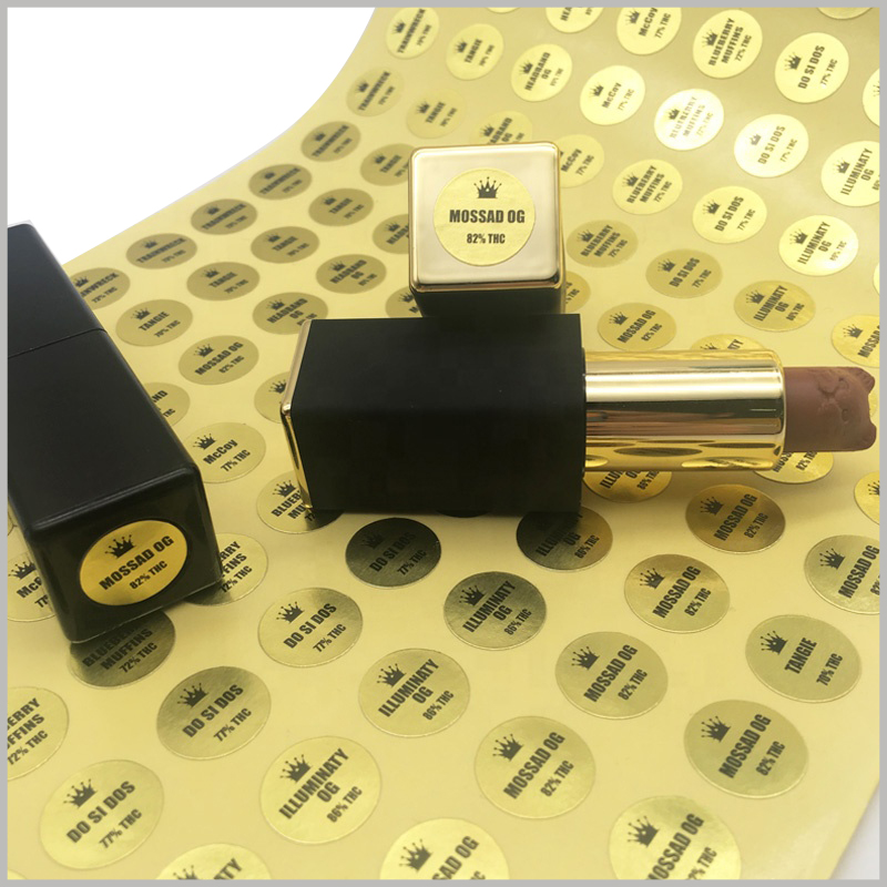 custom round gold labels for lipstick.The custom label has brand information and product specifications, and it is pasted on one end of the lipstick.