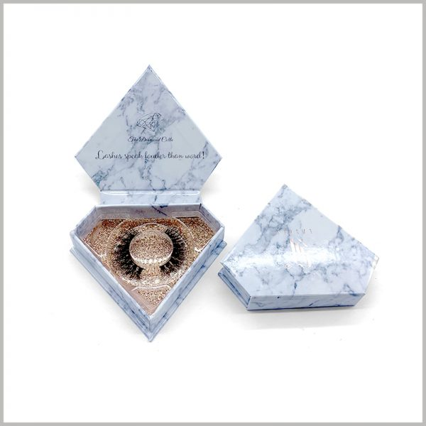 diamond shape eyelash box packaging Marble design. The transparent blister is used as an insert to fix the false eyelashes, and the gold cardboard at the bottom can be seen through the blister.