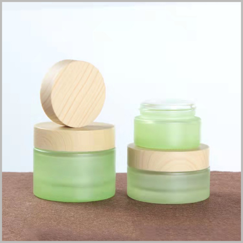 green glass jars for skin care products. The stylish skin care jars have wooden lids, which are more conducive to attracting customers who like pure natural products.